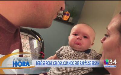 Bebé se pone celosa cuando sus padres se besan