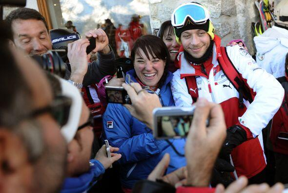 Al momento de salir,los fanáticos se le acercaron a Rossi y nos dejaron...
