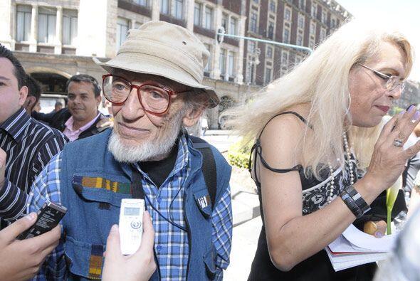 Esta pareja de travesti con el hombre mayor piensan casarse dentro de poco.