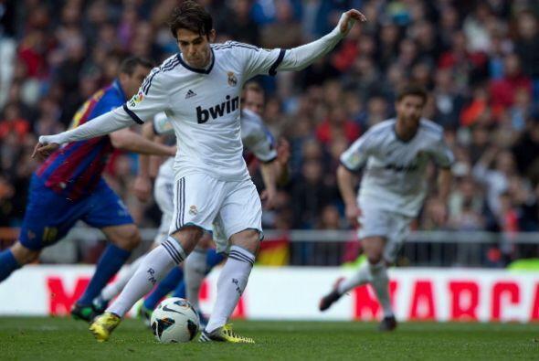 Luego Kaká puso el 2-1 de penalti.