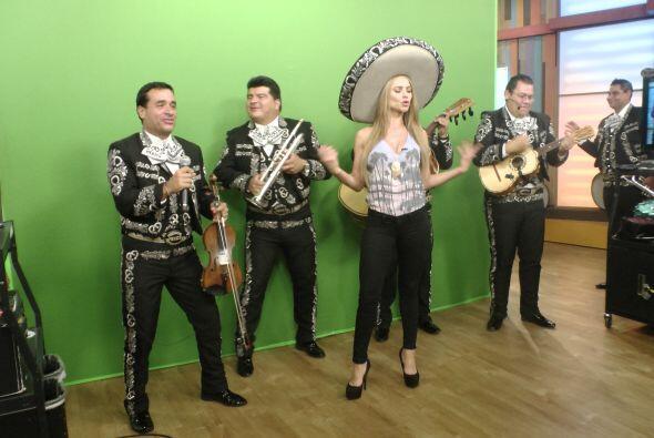 Ximena no se quiso quedar atrás y dio 'el weather' a ritmo de mariachi.