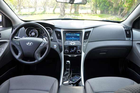 En el interior, el Hyundai Sonata 2001 combina la tecnología más avanzad...