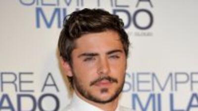 Zac Efron se dejó crecer el bigote y la barba.