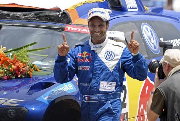 El piloto qatarí Nasser Al Attiyah celebró su triunfo en el Rally Dakar...