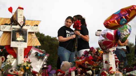 Alexa Mesch y Heather Mesch llevan flores al memorial delante de la escu...
