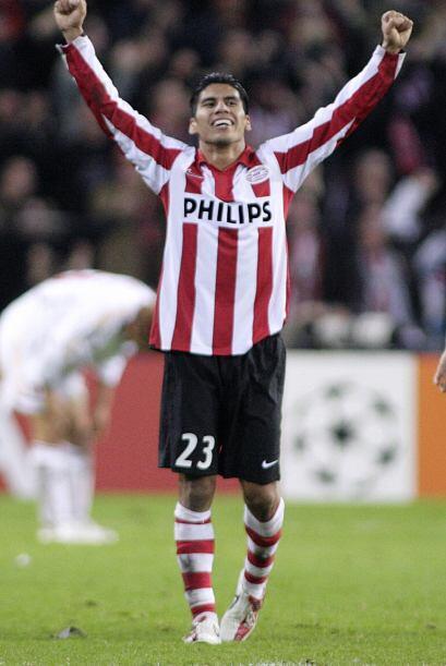 Salcido fue titular indiscutible en el club y en 2007 se alzó con el tit...