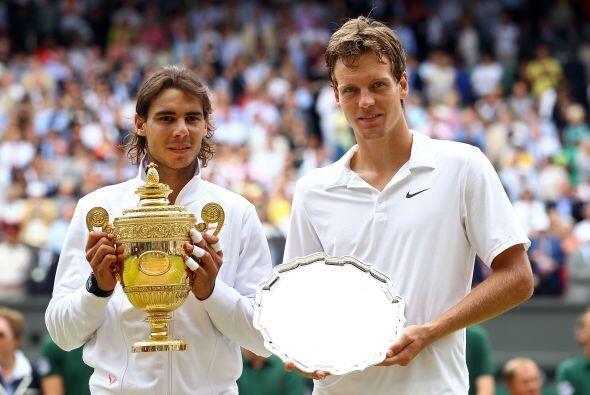 Otra vez, la tradición de la foto del campeón y el subcampeón con sus re...