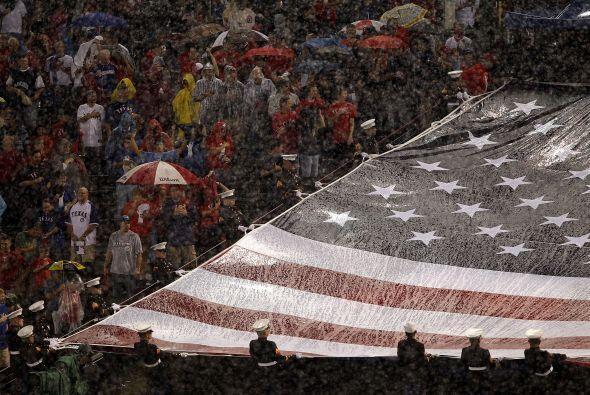 Un lluvioso Rangers Ballpark sirvió como sede del sexto partido d...