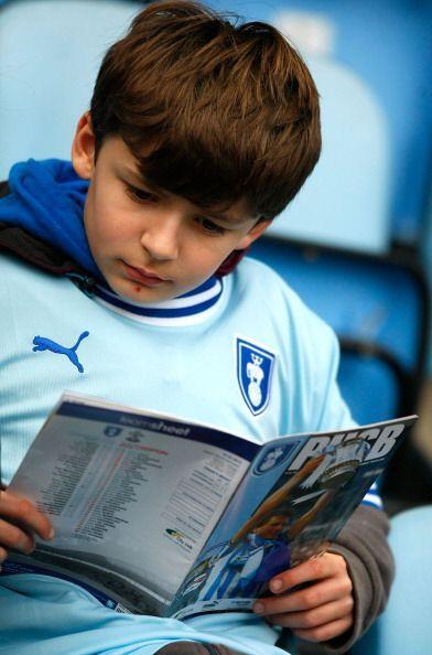 Y es que el fútbol tiene muchas historias, como la que lee este joven af...