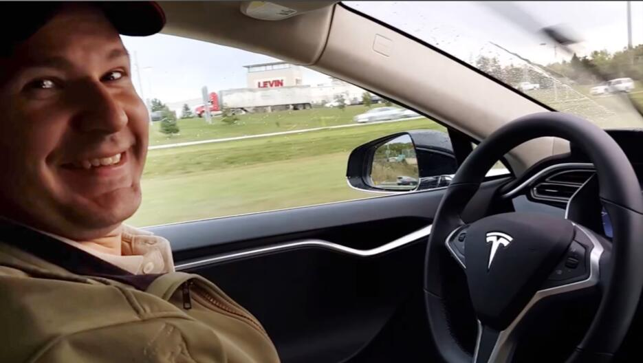 Joshua Brown en su Tesla Modelo S