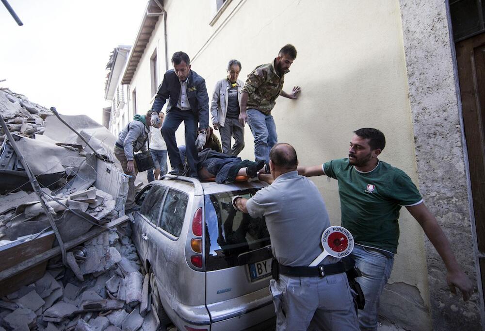 Rescatan a una persona que quedó atrapada en un auto en Amatrice