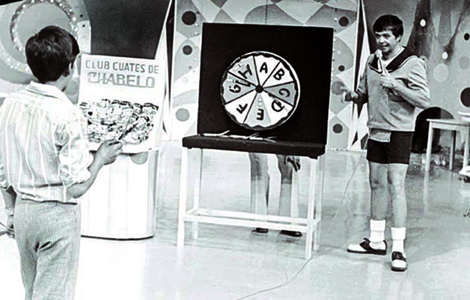 Chabelo conduciendo su programa en 1968.