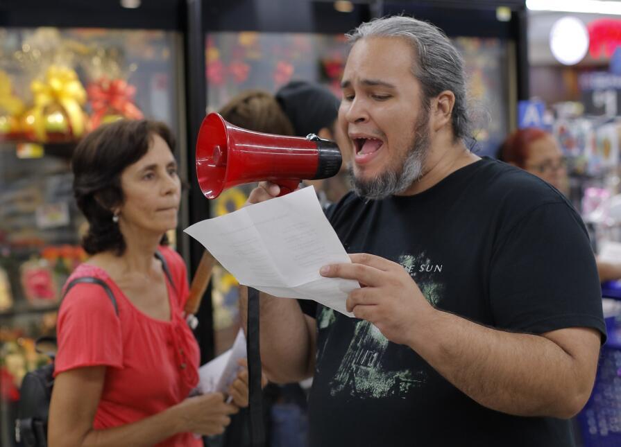 """""""Tú pagas más impuestos que Walmart"""", cantaban para denunciuar la impuni..."""
