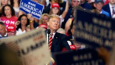 Entre saludos y protestas: la visita de Donald Trump a Arizona (FOTOS)