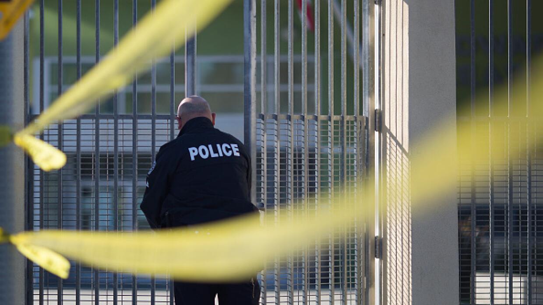 Un policía cierra un centro del Distrito Escolar Unificado de Los...