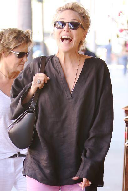 Y así, casual, encontramos a Sharon Stone por Beverly Hills y la rubia n...