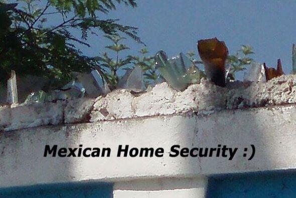 Este es el método de seguridad de algunas casa en México!  Foto Crédito:...