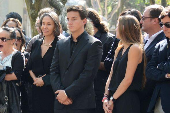 Aquí los hijos y la viuda de Chespirito, serenos en su último adiós.