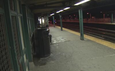 Un hombre apuñala a dos mujeres en el subway, una de ellas estaba embara...