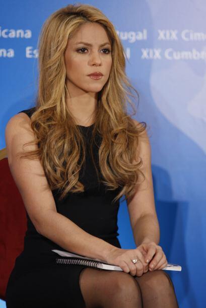 Después de traer el cabello con tinte rojo y negro, Shakira pasó a una n...