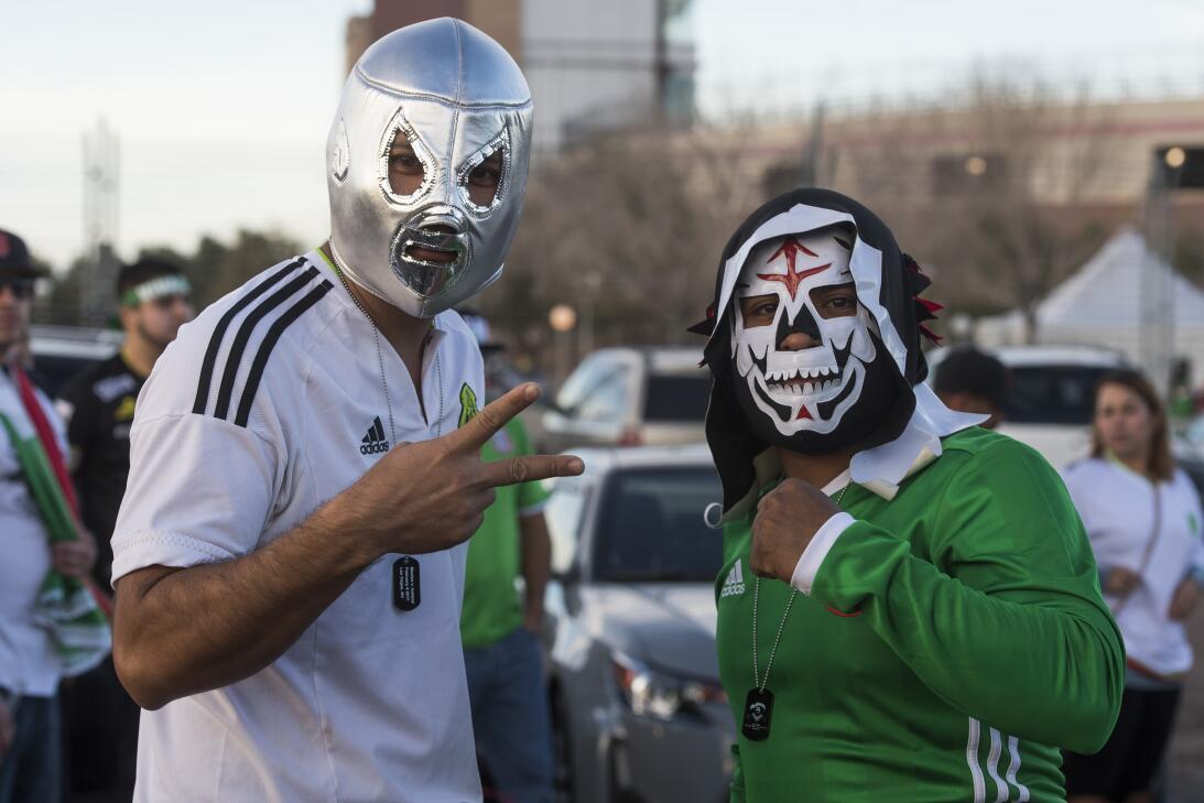 La fiesta de los mexicanos en el partido contra Islandia 20170208_2133.jpg