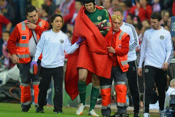 Petr Cech dejó el partido por lesión luego de una aparatosa caída en su...