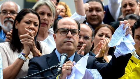 Julio Borges, presidente de la Asamblea Nacional venezolana, rompe la se...