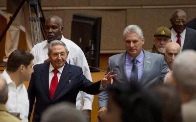 Raúl Castro (i) y Díaz-Canel (d), a su llegada a la Asambl...