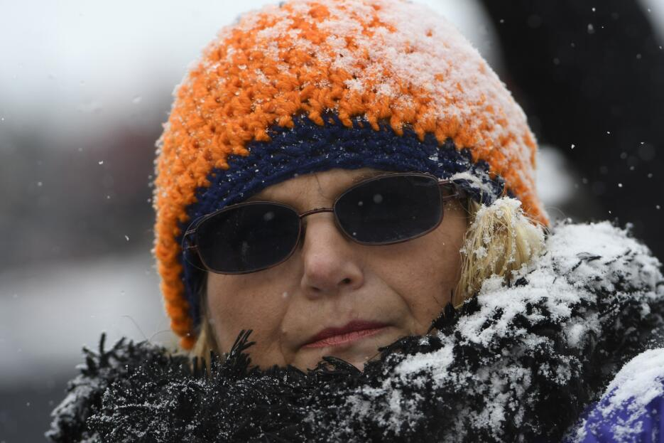 Un fan afronta la nieve durante el juego entre los Chicago Bears y los C...