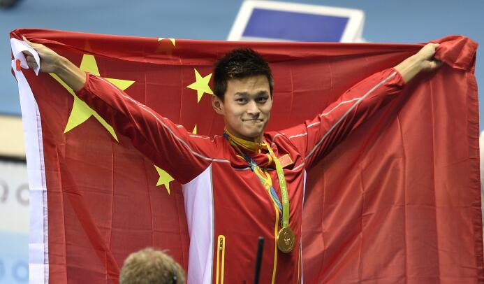 El nadador chino Sun Yang festeja el oro en los 200 metros estilo libre,...