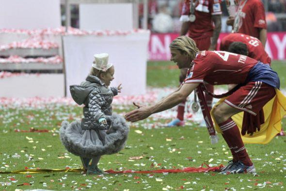 Anatoliy Tymoshchuk vistió a su hija con traje típico para la ocasión.