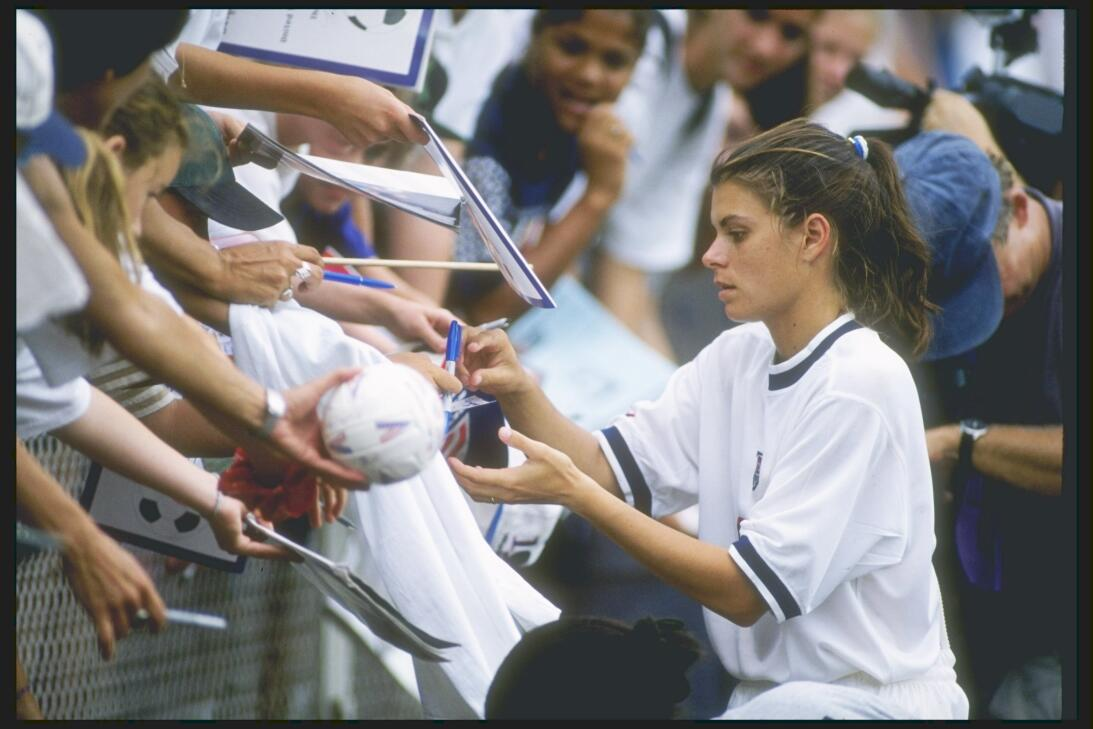 Los 45 años de Mia Hamm, 'la Pelé del fútbol femenino' GettyImages-13864...