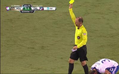 Tarjeta amarilla. El árbitro amonesta a Erick Torres de Houston Dynamo