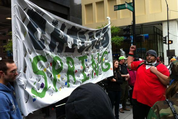 El grupo protesta lo que llama avaricia por parte del banco.