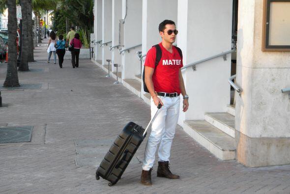 Al poco tiempo llegó Mateo caminando y saludó a su amigo.