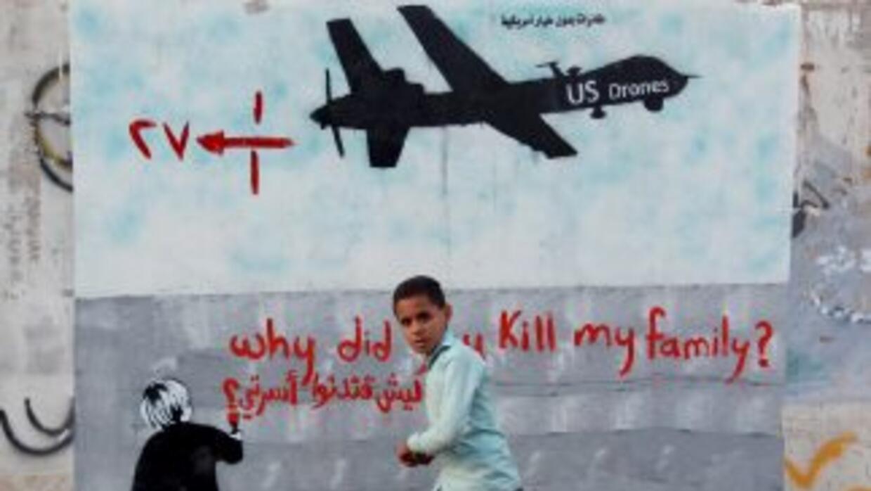 """""""¿Por qué mataste a mi familia"""", se lee en este mural pintado en Sanaa,..."""