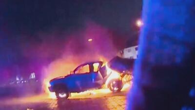 Conductora se salva de milagro de morir en llamas dentro de su auto