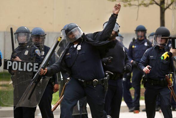 Aquí vemos a un grupo de oficiales tratando de repeler las agresiones.