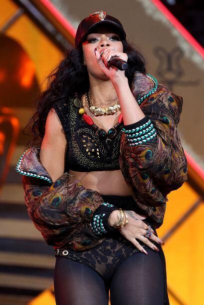 3. RIHANNA- Los ingresos de Rihanna no sólo provienen por ser cantante,...