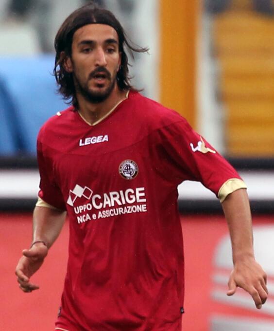 El italiano Piermario Morosini, jugando para Livorno ante el Pescara, su...