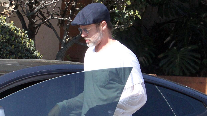 Brad Pitt regresa a su vehículo una vez resuelta la molesta situación.