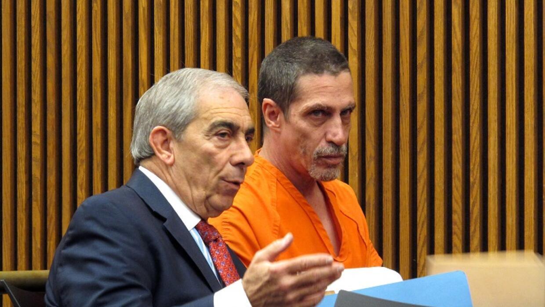Bobby Hernandez (d) junto a su abogado, en corte.