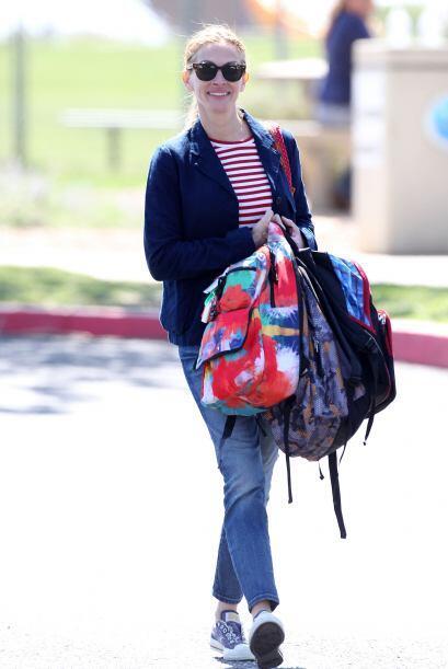 Al final Julia llevó las mochilas de sus hijos al automóvil con una cara...
