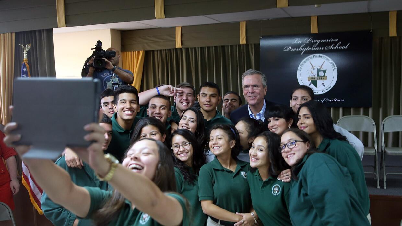 El precandidato presidencial, Jeb Bush, tomándose una 'selfie' con estud...