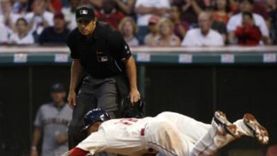 Este jugador arriesgó el físico por llegar al home.