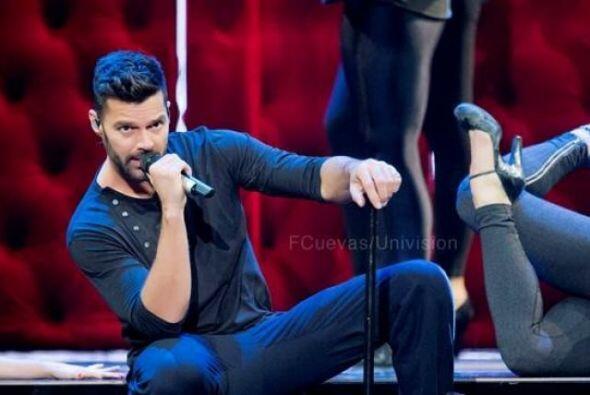 Tiene todo para seducirnos en el escenario... esa es otra de las razones...