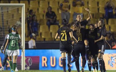 Tigres festeja uno de sus goles ante León.