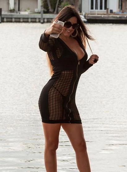 La sensual forma de Claudia Romani para apoyar al Milán de Italia Captur...
