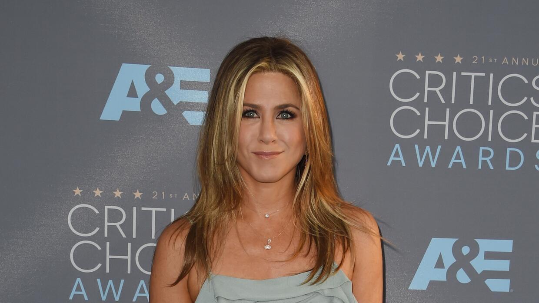 Jennifer Aniston vestido azul pálido