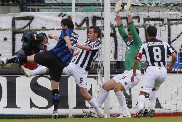 La defensa del Siena tuvo un gran juego y contenía cada embate interista.